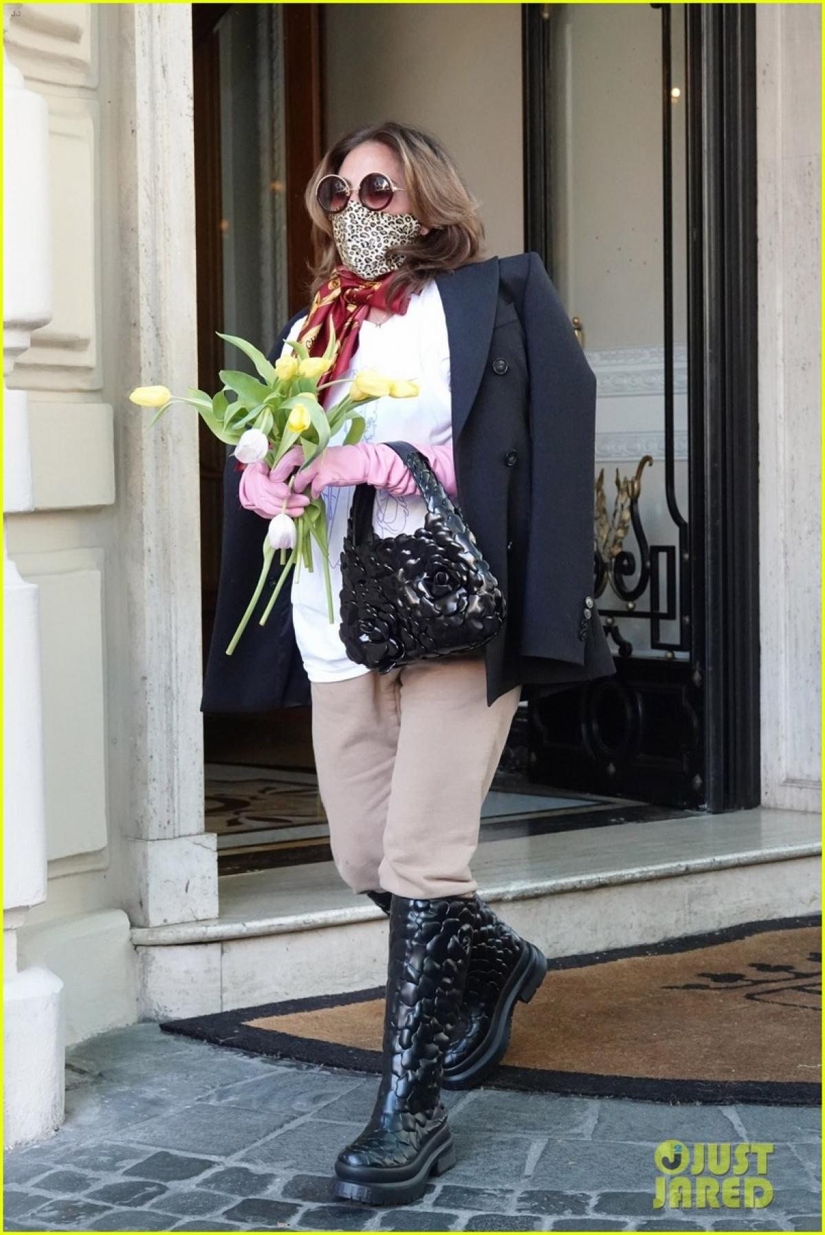 """""""House of Gucci"""" thuộc thể loại tiểu sử tội phạm, do Ridley Scott (84 tuổi) đạo diễn, dựa theo cuốn sách The House of Gucci: A Sensational Story of Murder, Madness, Glamour and Greedcủa tác giả Sara Gay Forden, xuất bản năm 2001."""