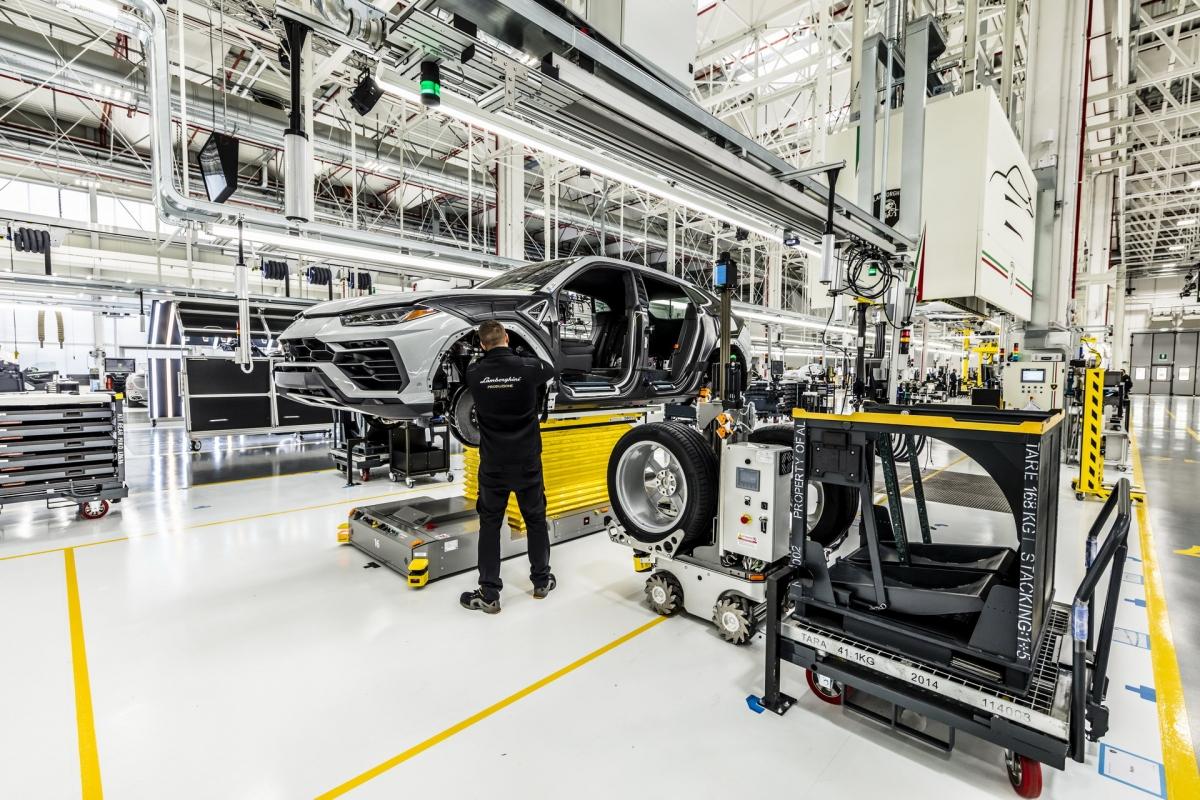 Lamborghini Urus đang trong dây chuyền lắp ráp.