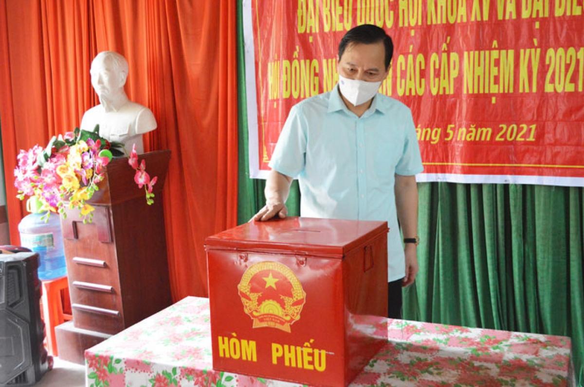 Kiểm tra việc chuẩn bị cơ sở vật chất phục vụ bầu cử tại nhà văn hóa khu 6, thị trấn Nông trường Thái Bình, huyện Đình Lập (Ảnh: Báo Lạng Sơn)