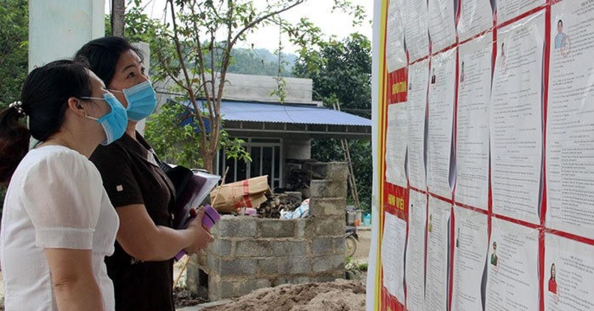 Các cử tri xã Tân Tiến, huyện Tràng Định tìm hiểu tiểu sử các ứng cử viên ĐBQH, đại biểu HĐND các cấp trong tỉnh nhiệm kỳ 2021 – 2026 được niêm yết tại nhà văn hoá thôn(Ảnh: Báo Lạng Sơn)