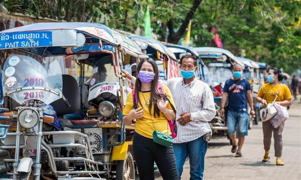 Người dân đeo khẩu trang trên đường phố Vientiane, Lào tháng 3/2020. Ảnh: Tân Hoa xã