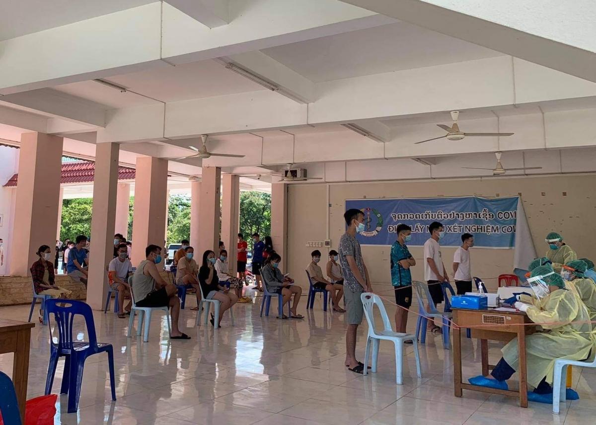 Hội người Việt nam thủ đô Vientiane phối hợp với ngành y tế Lào lấy mẫu xét nghiệm Covid -19 cho bà con người Việt.