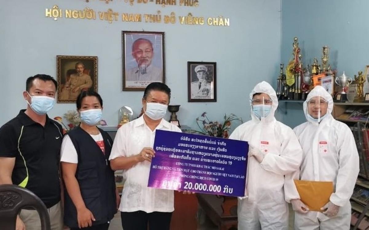 Hội người Việt Nam thủ đô Vientiane tiếp nhận 20 triệu kip do Công ty TNHH khai tác mỏ Sakai trao tặng để giúp đỡ người Việt khó khăn đang cách ly, điều trị Covid-19.Ảnh: Hội người Việt ở Vientiane.