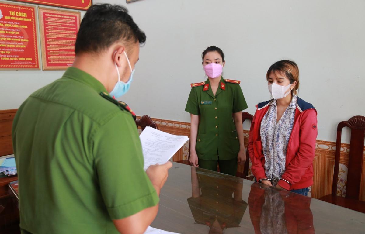 Cơ quan cảnh sát đọc lệnh khởi tố đối tượng