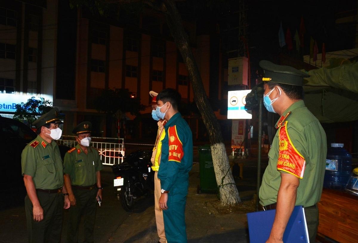 Lực lượng công an, dân phòng TP Đà Nẵng bảo vệ các khu cách ly tập trung.