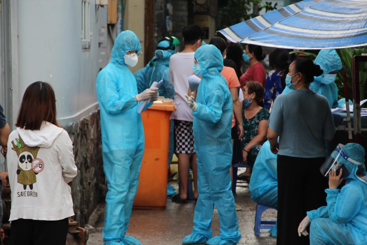 Lực lượng y tế thực hiện lấy mẫu xét nghiệm vào chiều tối 27/05 tại hẻm 415 Nguyễn Văn Công, phường 3, quận Gò Vấp