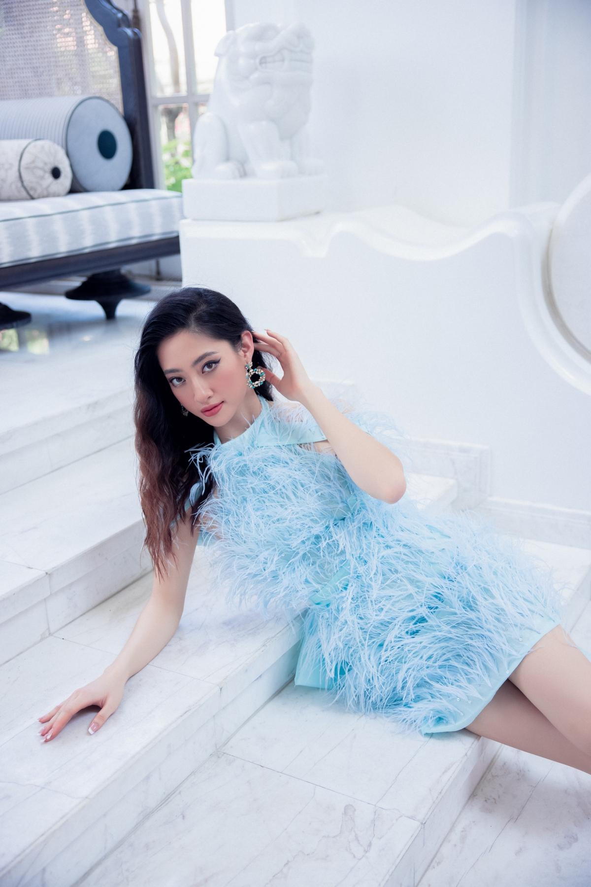 Cụ thể, trong BST Color up your world lần này, Hoa hậu Lương Thùy Linh nổi bật giữa các gam màu nóng lấy cảm hứng từ họa tiết Pop Art mang vẻ đẹp của hoa cỏ.