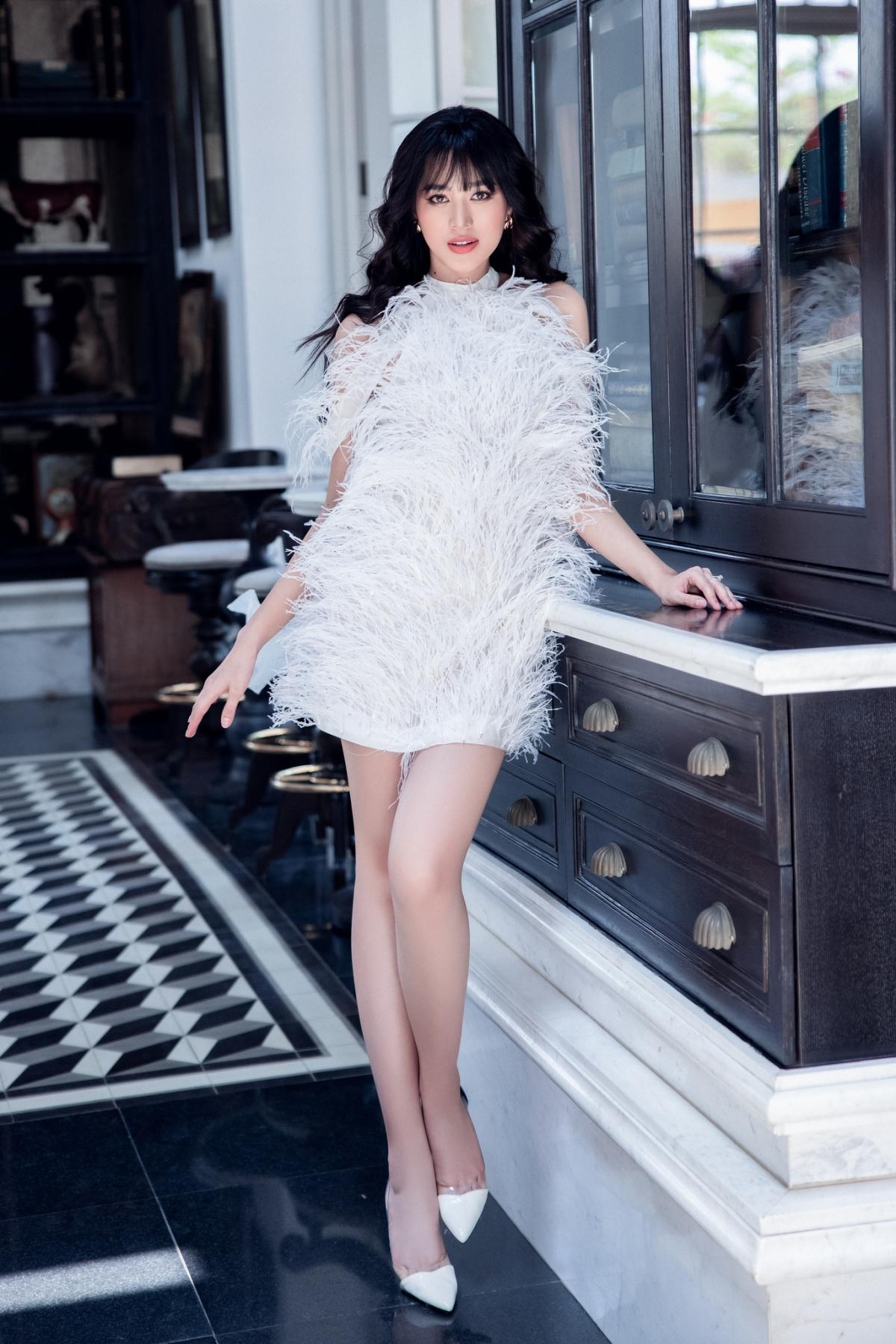 Tham gia diện trang phục của bộ sưu tập cùng với đàn chị Lương Thùy Linh lần này là Hoa hậu Việt Nam 2020 – Đỗ Thị Hà.