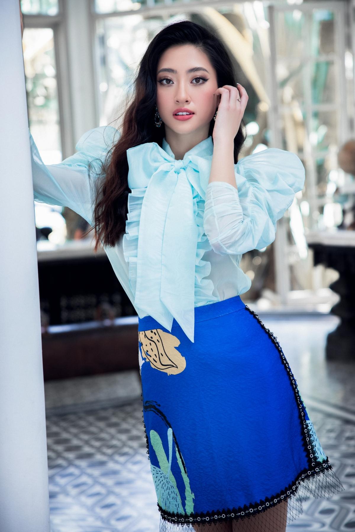 Nét sang trọng và ấn tượng trong bộ váy có phần vai trễ nải cổ thuyền đã tôn lên bờ vai mong manh của Hoa hậu Miss World Vietnam 2019. Phụ kiện được đơn giản hóa làm đệm bước tôn cả set đồ.