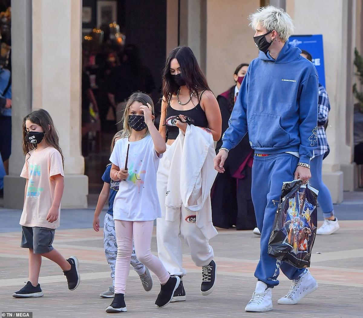 Machine Gun Kelly bị cánh săn ảnh bắt gặp khi đang đi chơi cùng các con của Megan Fox ở Mỹ hôm 9/5, theo giờ địa phương.