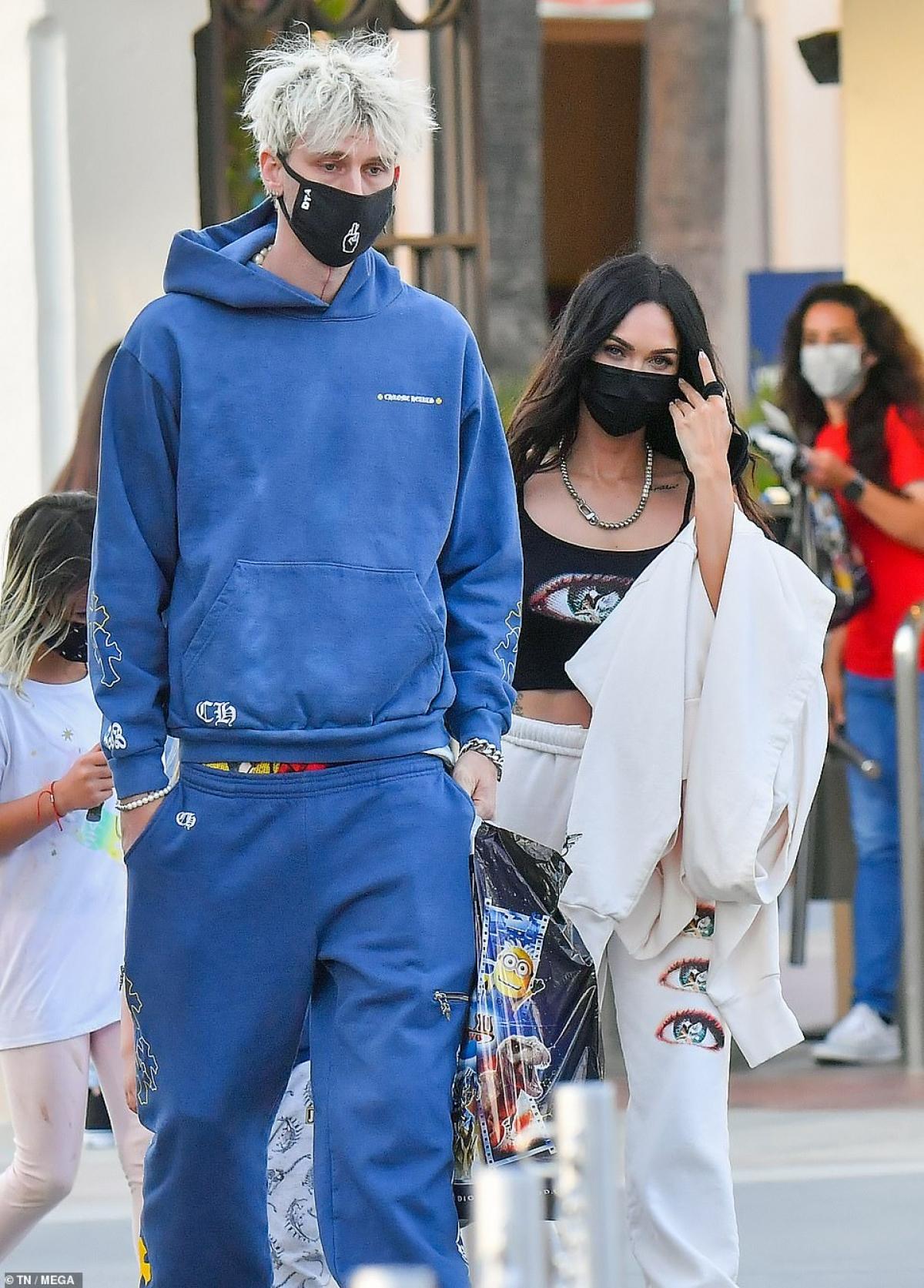 """Rapper 31 tuổi diện trang phục khỏe khoắn. Còn Megan Fox khoe dáng """"bốc lửa"""" với áo hay dây và quần thể thao năng động."""