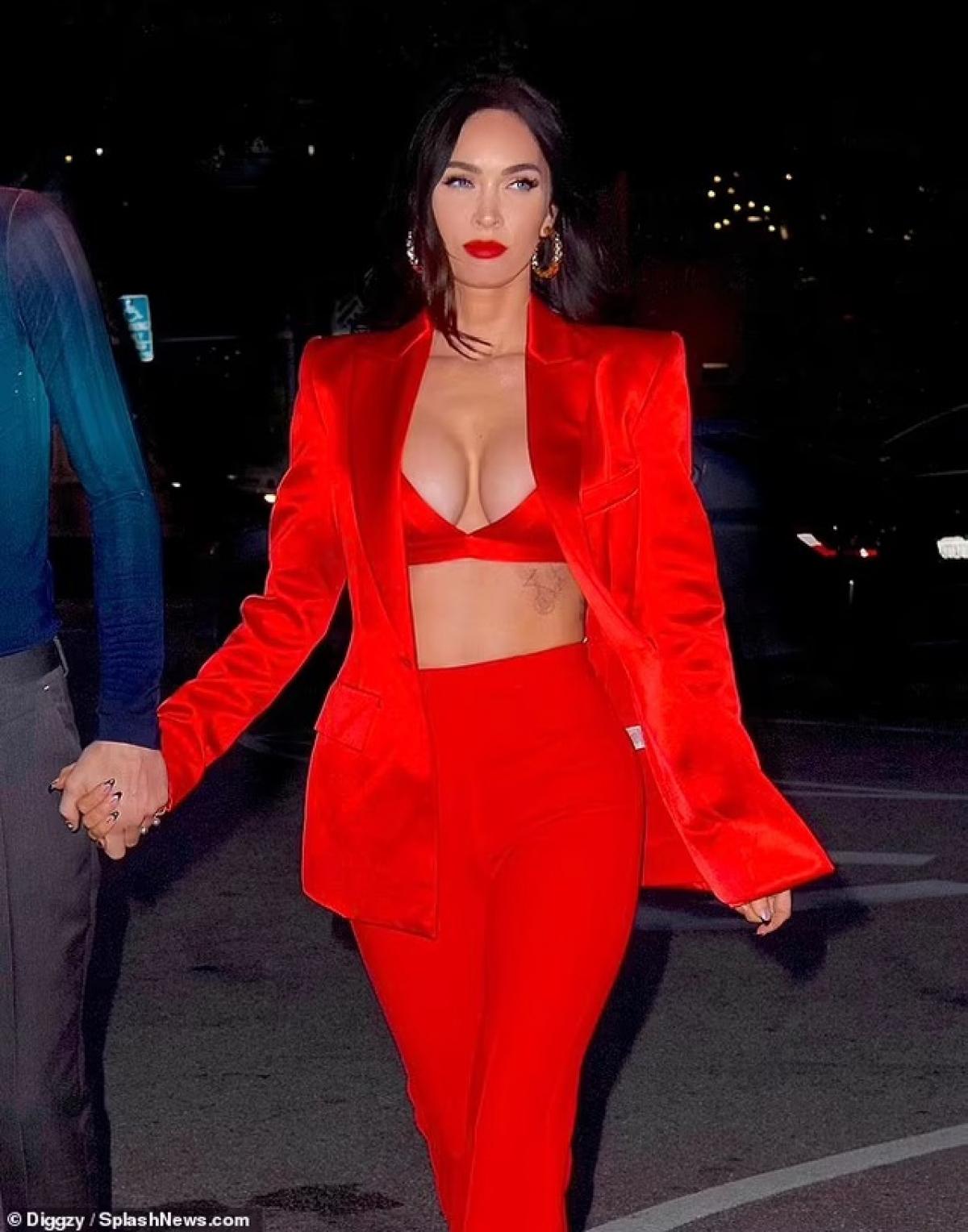 """Nữ diễn viên """"Robot đại chiến"""" khoe thân hình nóng bỏng khi diện trang phục hàng hiệu đỏ rực gợi cảm."""