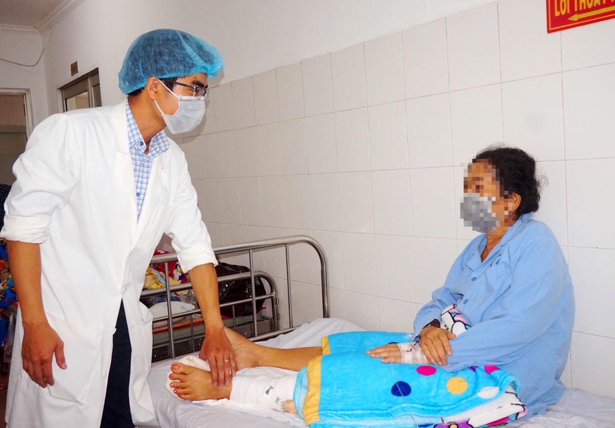 Bác sĩ khám cho bệnh nhân tại bệnh viện.