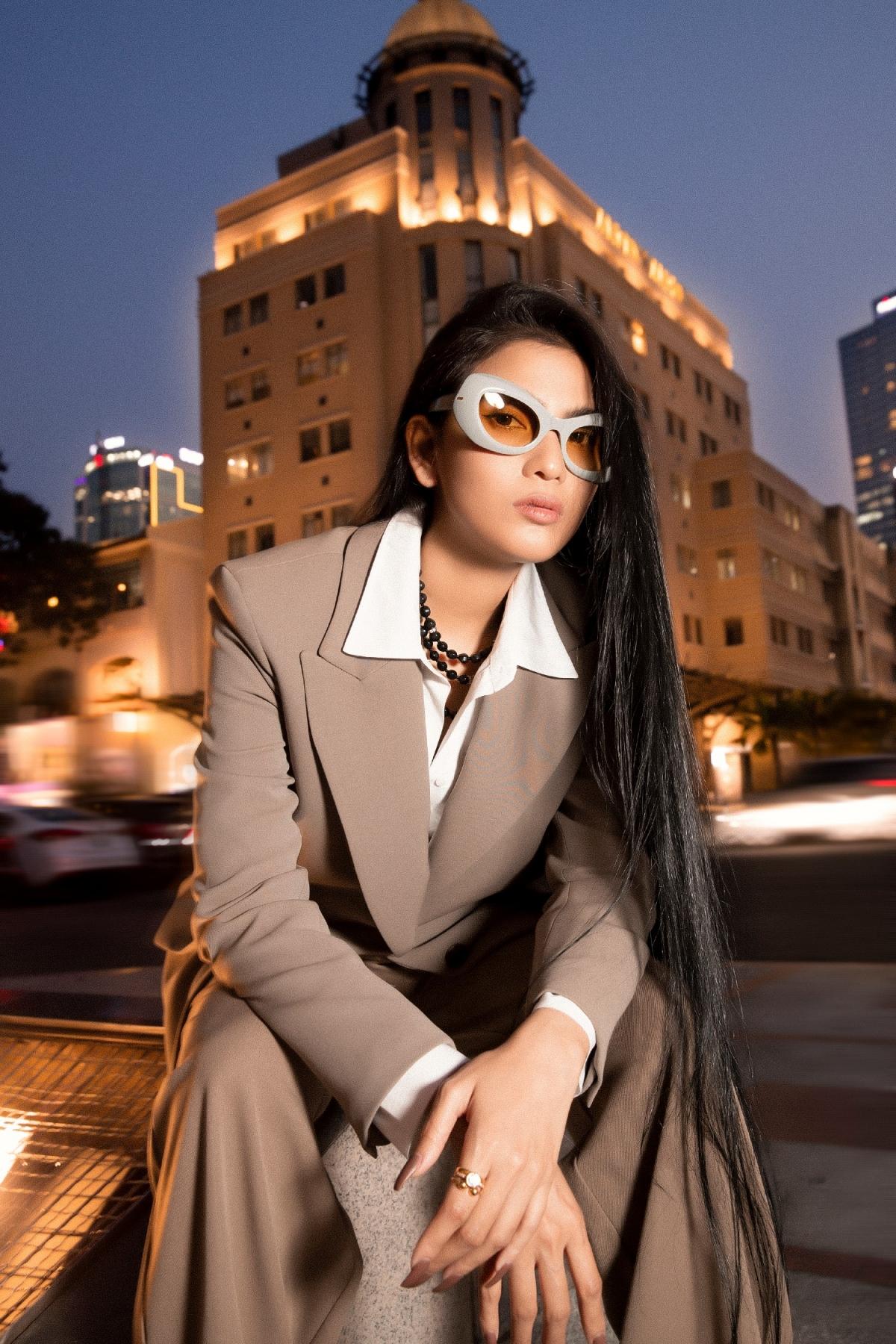 """Ngoài ra, bộ phim điện ảnh """"Kẻ đào mộ"""" mà Trương Thị May đảm nhận vai chính cũng chuẩn bị phát hành, cô đang dành thời gian chuẩn bị đồng hành cùng ekip cho những đợt quảng bá sắp tới.Đây là sự trở lại hiếm hoi của Trương Thị May ở lĩnh vực điện ảnh."""