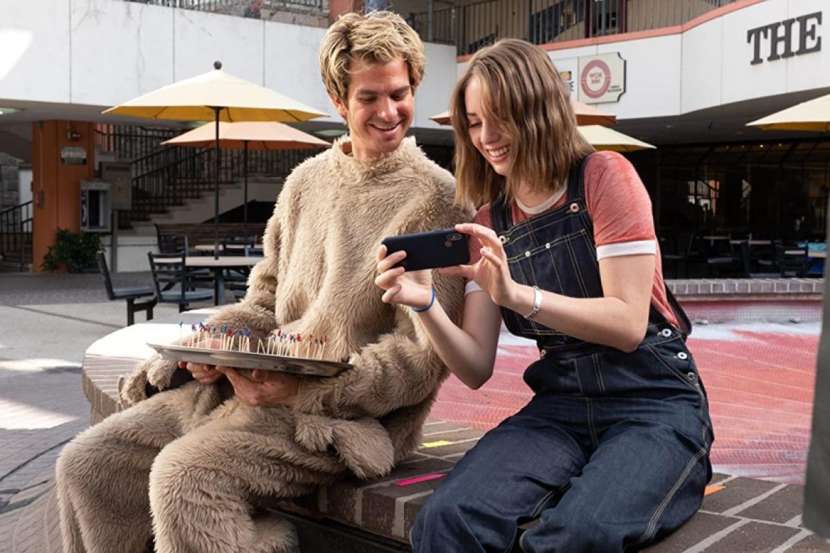 """Maya sánh đôi bên nam diễn viênAndrew Garfield trong bộ phim """"Mainstream""""."""