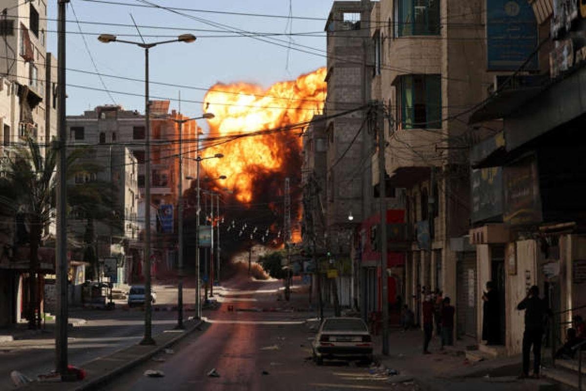Khói đen bốc lên sau một cuộc không kích của Israel ở thành phố Gaza nhằm vào Ngân hàng Intaj được cho là có liên hệ với lực lượng Hamas ngày 14/5. (Ảnh: AFP)