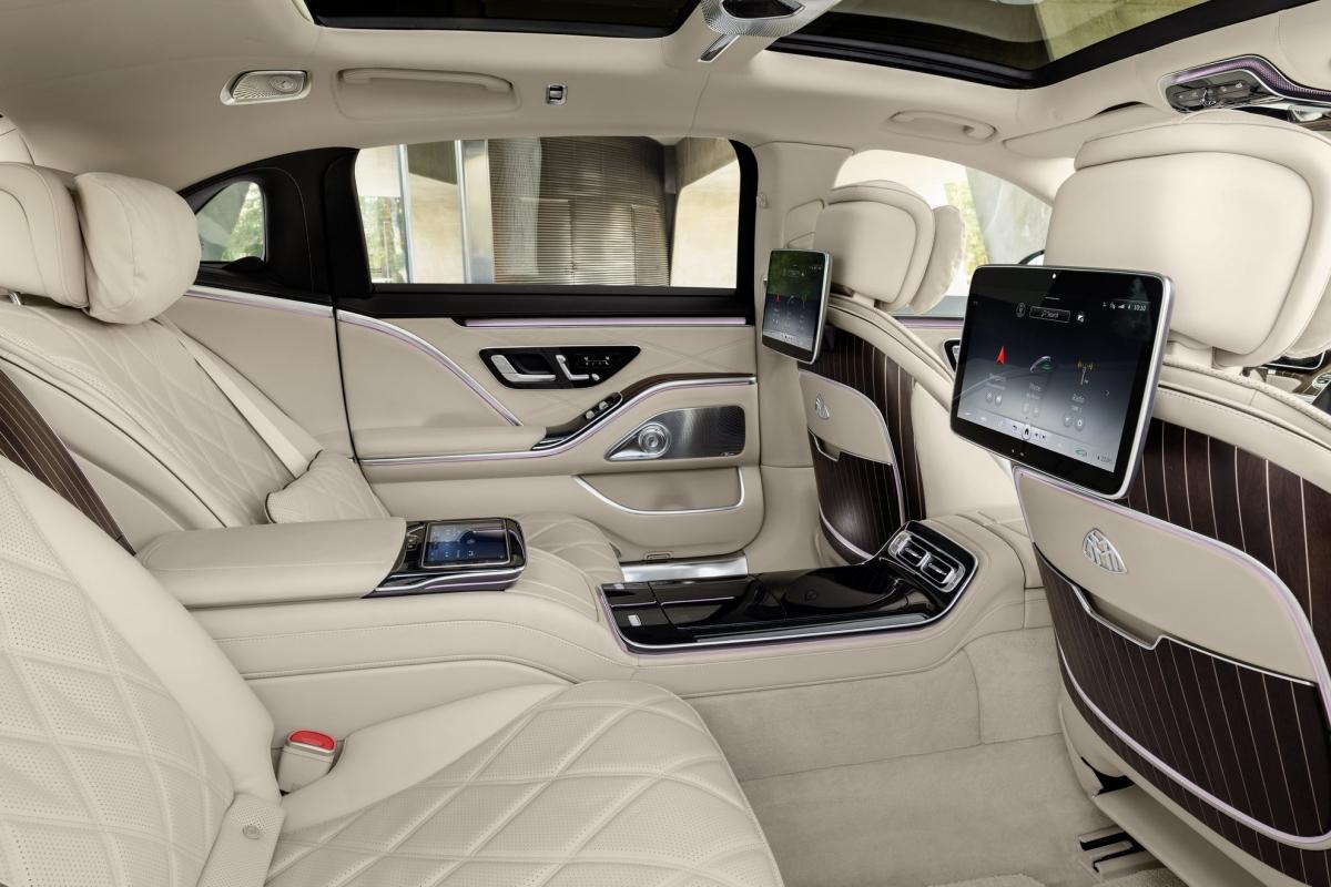 Mercedes-Maybach S580 4Matic và Mercedes-Benz S580 4Matic với trang bị động cơ V8 4.0 lít tăng áp kép có khả năng sản sinh công suất cực đại 496 mã lực, kết hợp cùng hệ thống mild-hybrid 48 volt cung cấp thêm 20 mã lực, nâng tổng công suất lên mức 390 mã lực và 900 Nm mô-men xoắn.