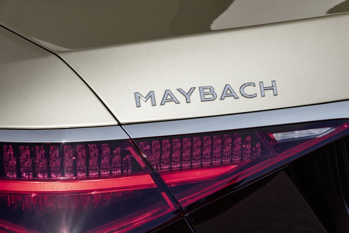 Hàng ghế sau của Maybach S-Class mới sẽ được trang bị 2 ghế Executive có chức năng mát-xa cho bắp chân và đều được trang bị gói Chauffeur tiêu chuẩn. Hành khách phía sau có thể điều chỉnh mặt ngồi, tựa lưng, gác chân để tạo thành mặt ngả thoải mái để có thể ngủ. Một chi tiết thú vị khác chính là trang bị dây đai an toàn thông minh thường được trang bị trên các mẫu Coupe và Cabriolet.