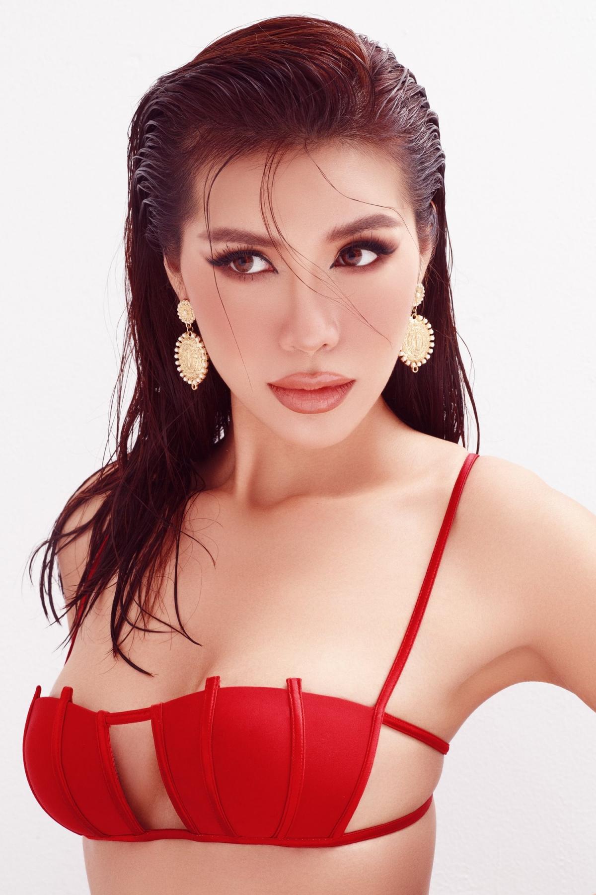Với chiều cao 1m78 và số đo 87-59-93 chuẩn mực của mình, Minh Tú trở thành một trong những mỹ nhân có thân hình đẹp nhất của showbiz.