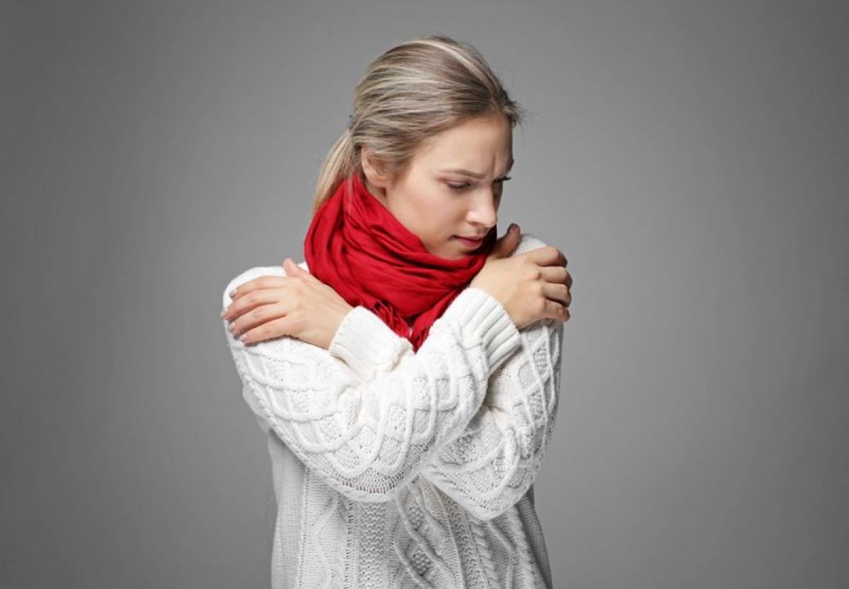 Ớn lạnh: Ớn lạnh và sốt hoặc đau ê ẩm khắp người có thể là dấu hiệu nhiễm khuẩn và thai phụ cần đến gặp bác sĩ để được chẩn đoán ngay. Nhiễm khuẩn khi mang thai có thể gây tổn thương nghiêm trọng đến thai nhi. Ớn lạnh cũng là triệu chứng xuất hiện trong các ca sảy thai nhiễm khuẩn.