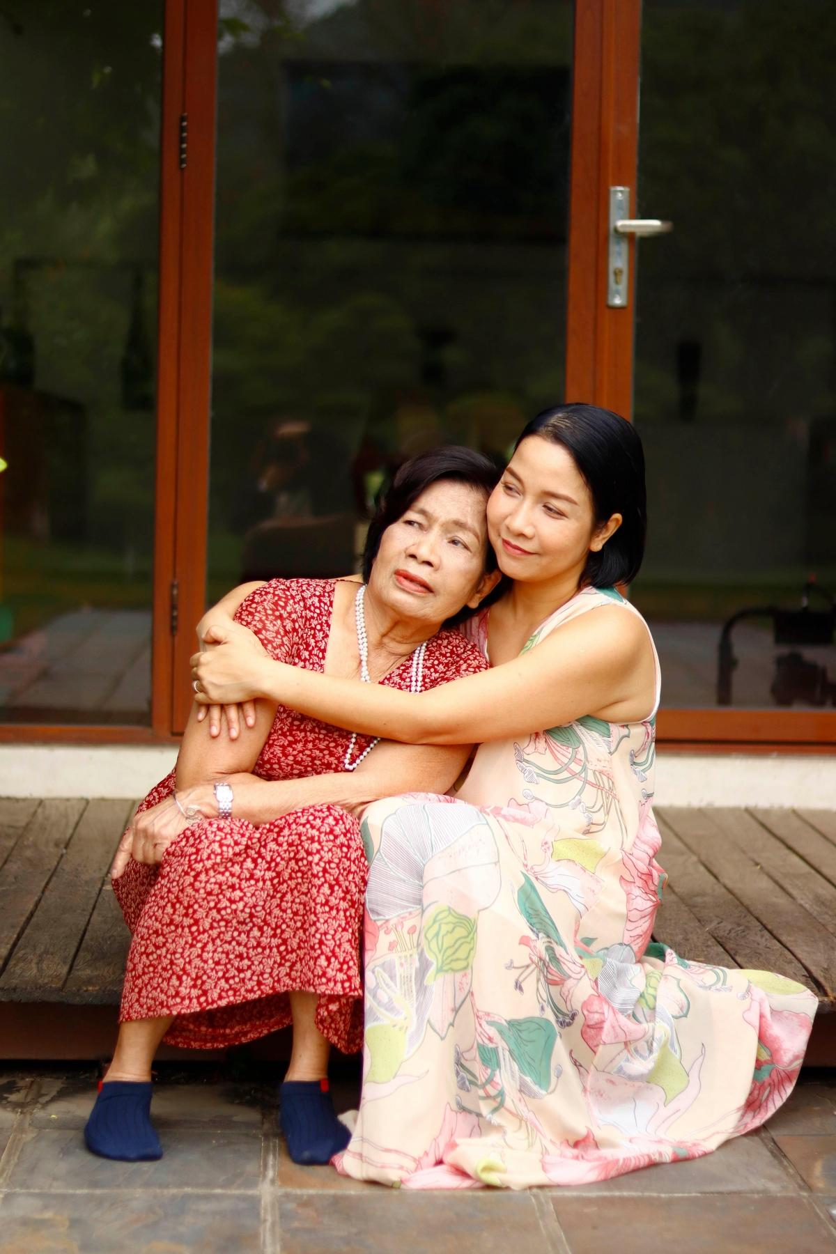 Ca sĩ Mỹ Linh và mẹ