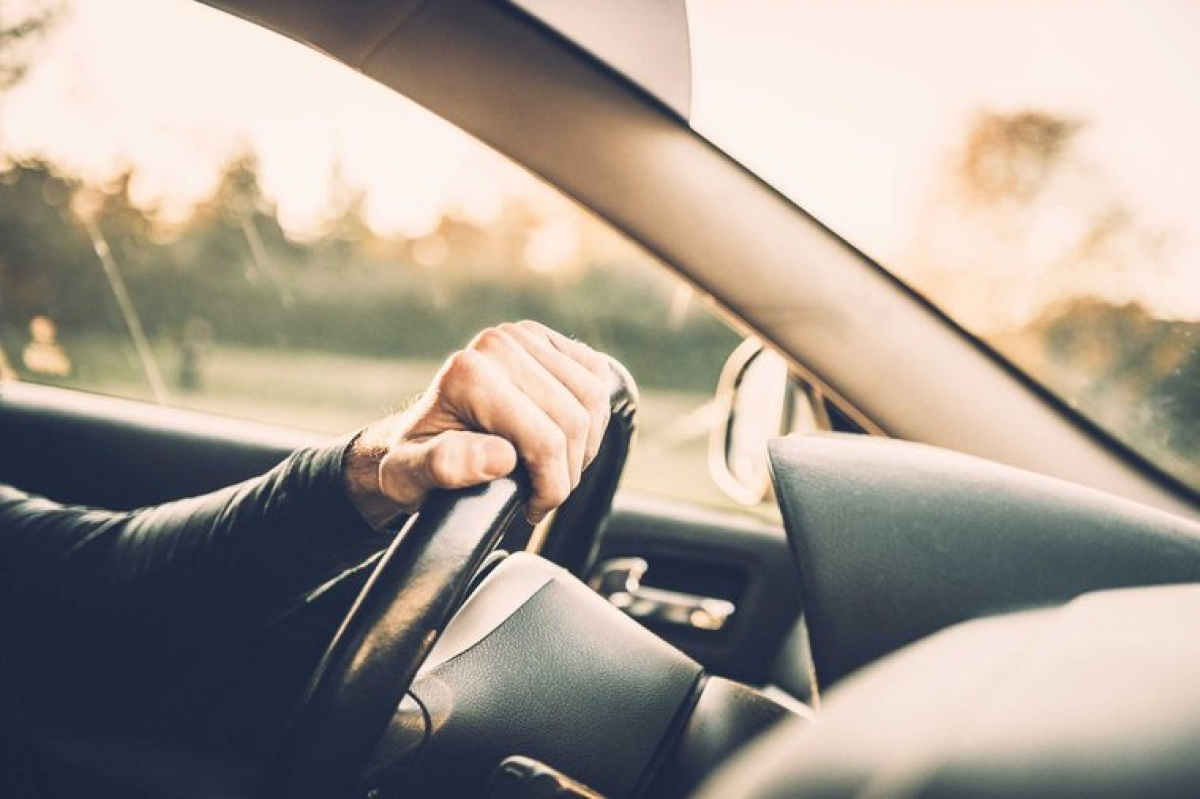 """Lái xe an toàn hơn: Khi chuyên gia yêu cầu các """"cú đêm"""" lái xe vào lúc 8h sáng, không ngạc nhiên khi thấy họ lái xe ẩu hơn và mất tập trung hơn so với thời điểm 8h tối. Tuy nhiên, khi những người dậy sớm được yêu cầu tương tự, họ cho thấy sự tập trung và cẩn thận vào cả hai thời điểm trong ngày. Đó là bởi người dậy sớm thường chú ý đến chi tiết hơn, tập trung cao độ hơn."""