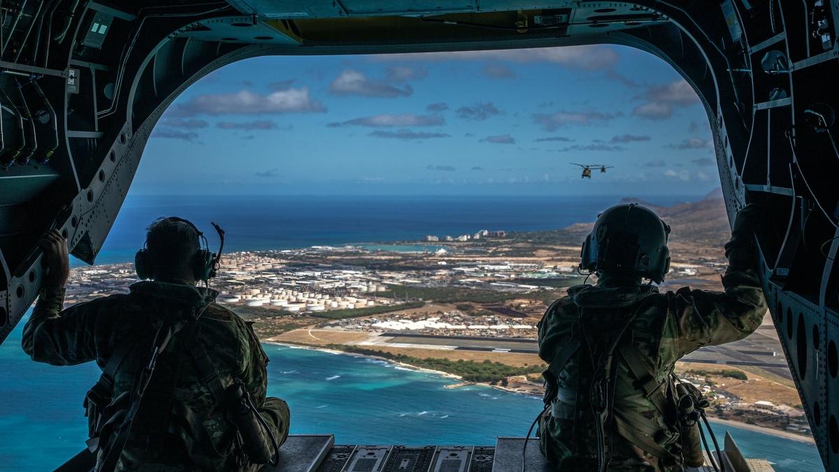Binh sỹ Mỹ trên trực thăng CH-47F Chinook nhìn xuống quần đảo Hawaii. Ảnh: Lục quân Mỹ