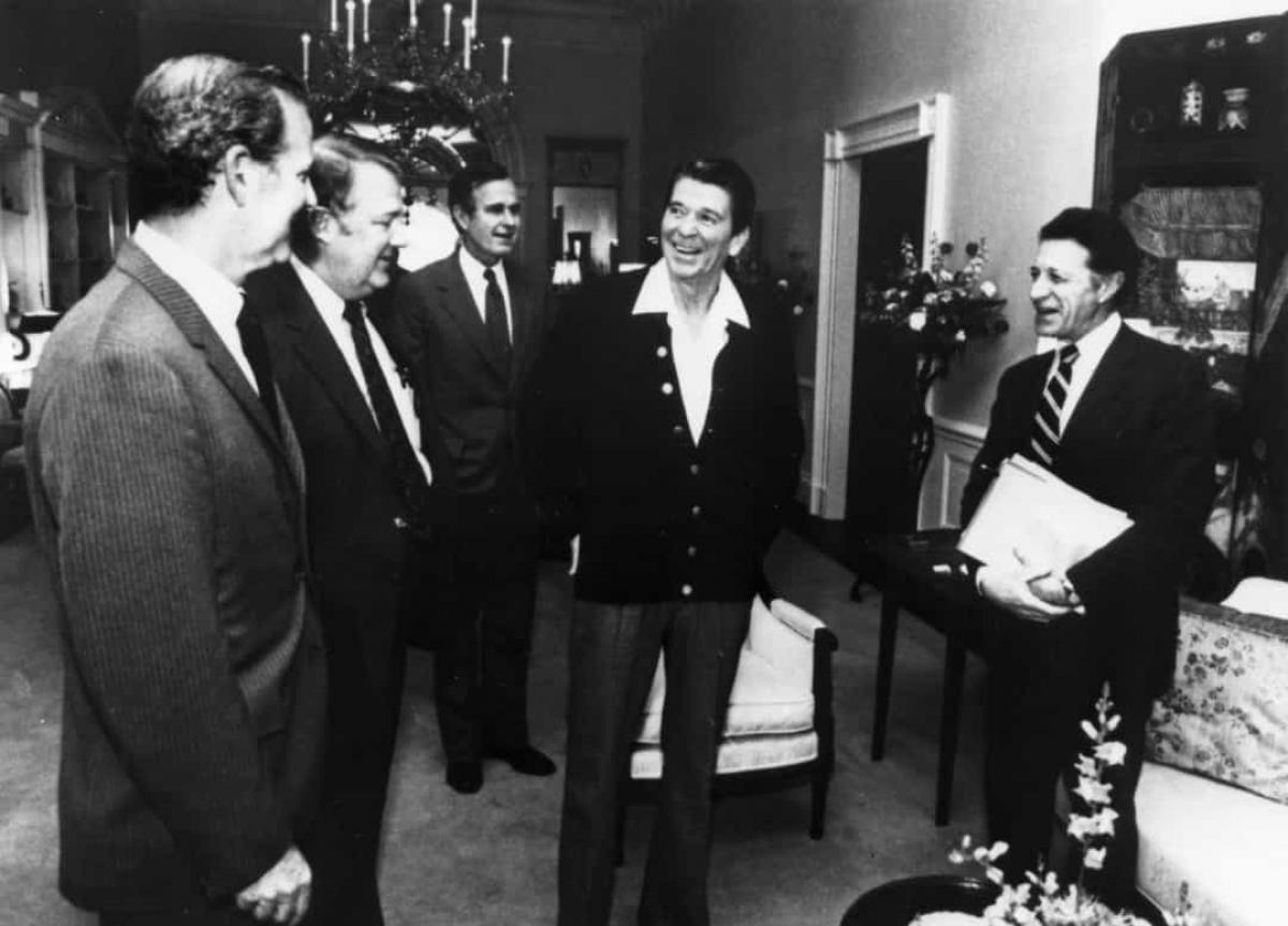 Không cần mang theo tiền mặt tại Nhà Trắng. Các cựu Tổng thống George H.W. Bush và Reagan không bao giờ mang theo tiền mặt.