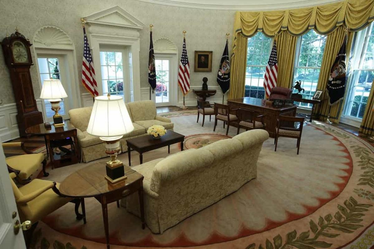 Các tổng thống có thể tự trang trí Phòng Bầu dục. Mặc dù căn phòng này có vẻ mang tính biểu tượng và không thể thay đổi, nhưng mọi tổng thống đều được phép thay đổi mọi thứ. Tuy nhiên, các cựu Tổng thống Eisenhower và Carter không thay đổi bất kỳ điều gì trong Phòng Bầu dục và ông Reagan chỉ thay một tấm thảm.