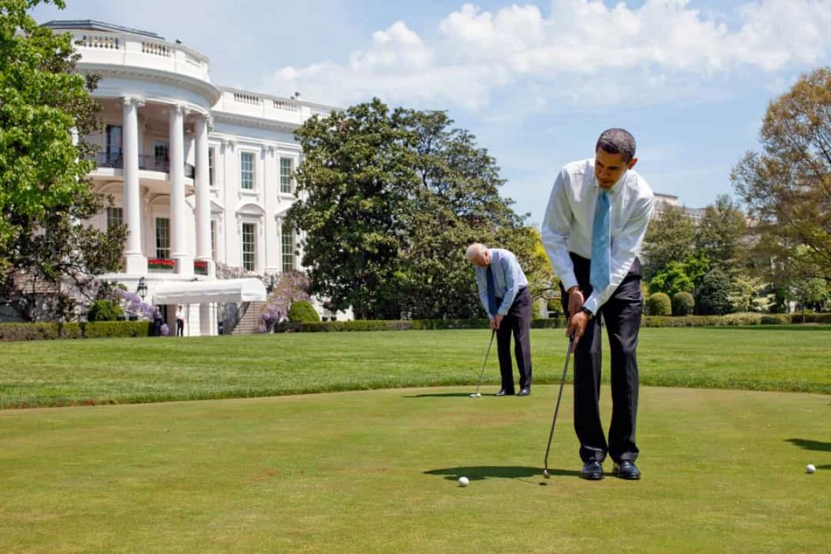 Có một sân golf mini ngay bên ngoài Phòng Bầu dục. Cựu Tổng thống Bill Clinton đã cho lắp đặt sân golf này vào năm 1995. Trong ảnh: ÔngJoe Biden chơi golf cùng ông Barack Obama tại sân golf mini ở Nhà Trắng.
