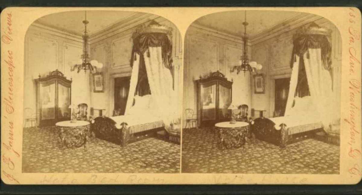 Các tổng thống Mỹ có thể tiếp cận những đồ vật cũ của người tiền nhiệm. Mỗi tổng thống đương nhiệm đều có thể tiếp cận một kho lưu trữ trong Nhà Trắng, chứa những thứ như các tác phẩm nghệ thuật quý giá. Trong ảnh là tranh của họa sĩ Georgia O'Keeffe và Norman Rockwell.