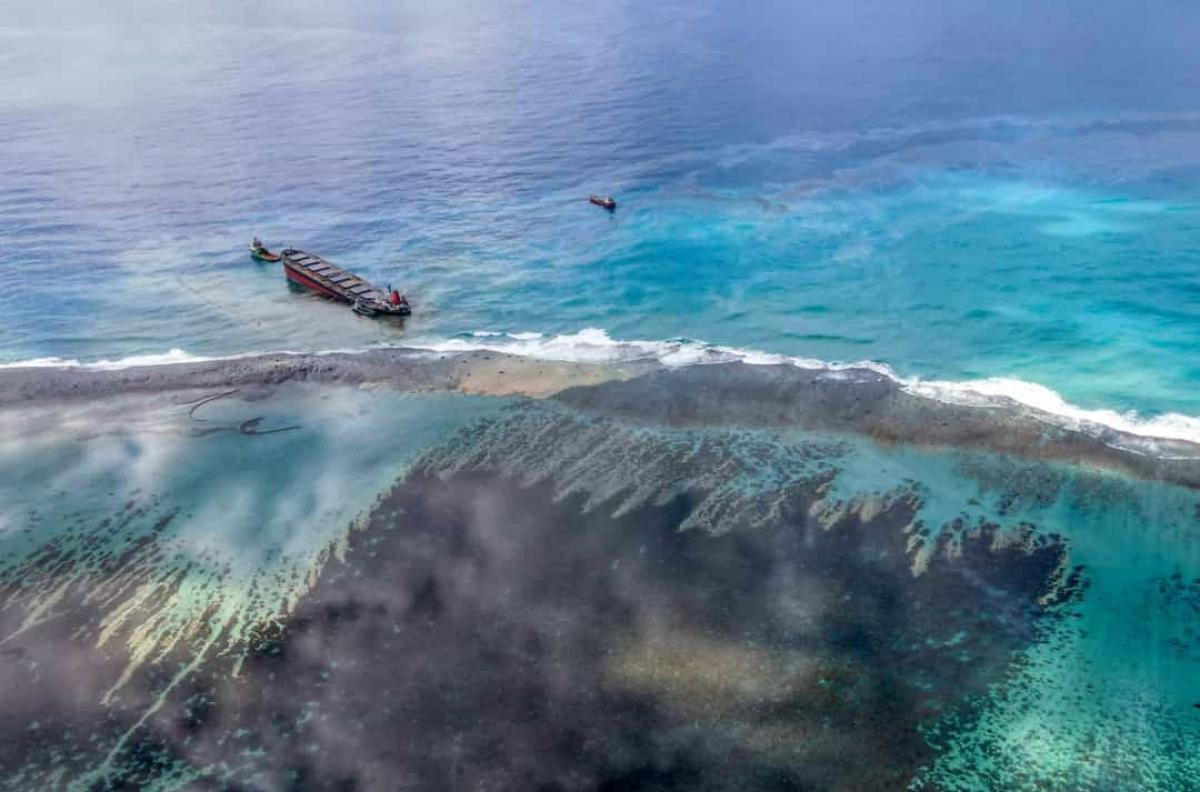 Sự cố tràn dầu ở Mauritius năm 2020.Mauritius đã ban bố tình trạng khẩn cấp sau khi tàuMV Wakashio mắc cạn gần bờ làm tràn hàng tấn dầu. Tàu MV Wakashio mắc cạn gần Công viên Vịnh Hải dương Xanh ngoài khơi bờ biển phía Đông Nam của quốc đảo Ấn Độ Dương.