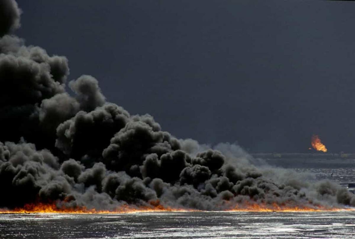 Vụ cháy dầu ở Kuwait năm 1991. Như một phần của chính sách trái đất thiêu đốt trong khi rút lui khỏi Kuwait do những bước tiến của lực lượng liên minh do Mỹ lãnh đạo, năm 1991, lực lượng quân đội Iraq đã phóng hỏa hơn 700 giếng dầu.Các sa mạc tại Kuwait ngập trong dầu khi khói từ các đám cháy đã ảnh hưởng đến tình hình thời tiết trên khắp Vịnh Ba Tư và khu vực xung quanh.