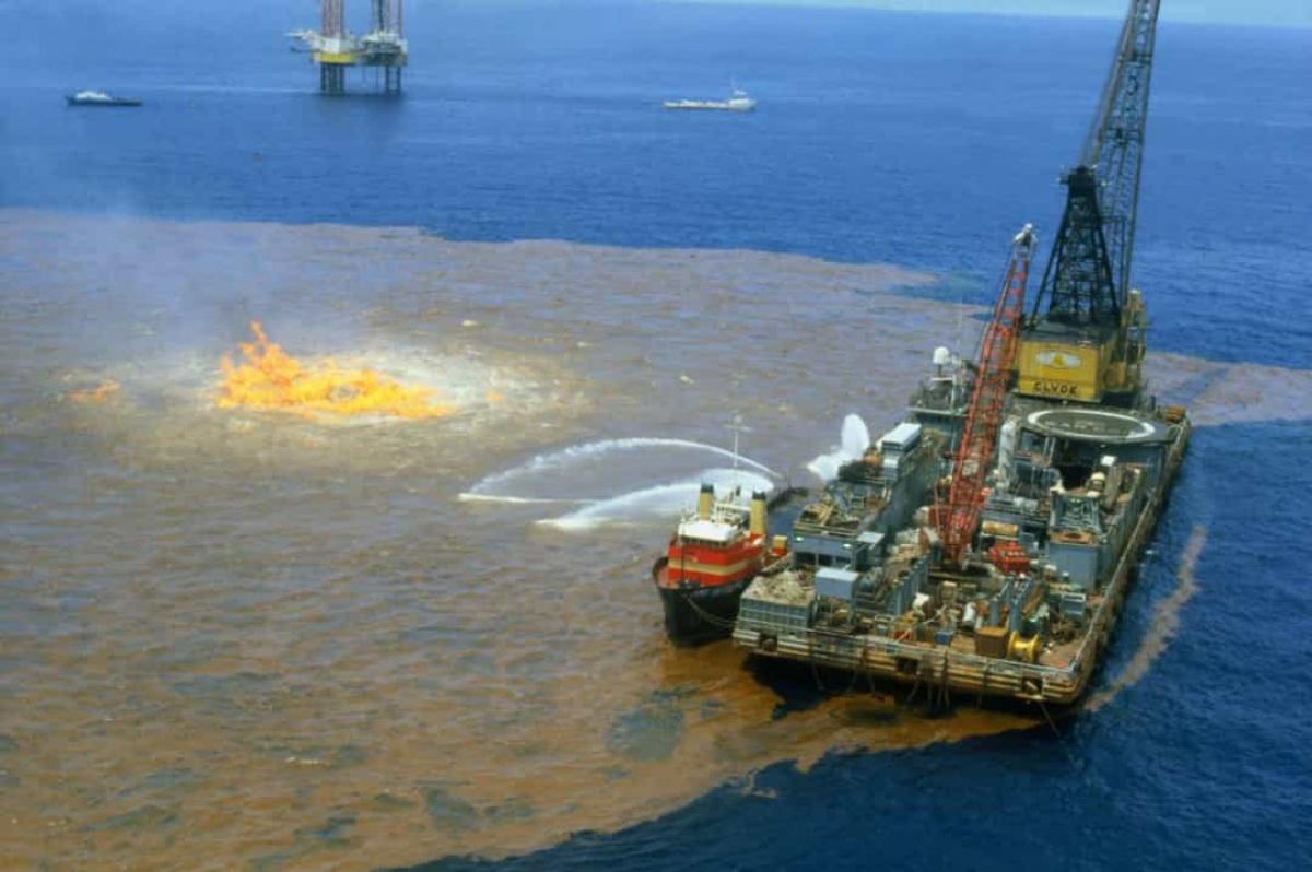 Sự cố tràn dầugiàn khoanIxtoc I năm1979. Trướcsự cố tràn dầu Deepwater Horizon,vịnh Mexico cũng là hiện trường của một thảm họa tràn dầu khác. Vào ngày 3/6/1979, giếng dầu thăm dò Ixtoc bị nổ ở vịnh Campeche dẫn đến một trong những vụ tràn dầu lớn nhất trong lịch sử.