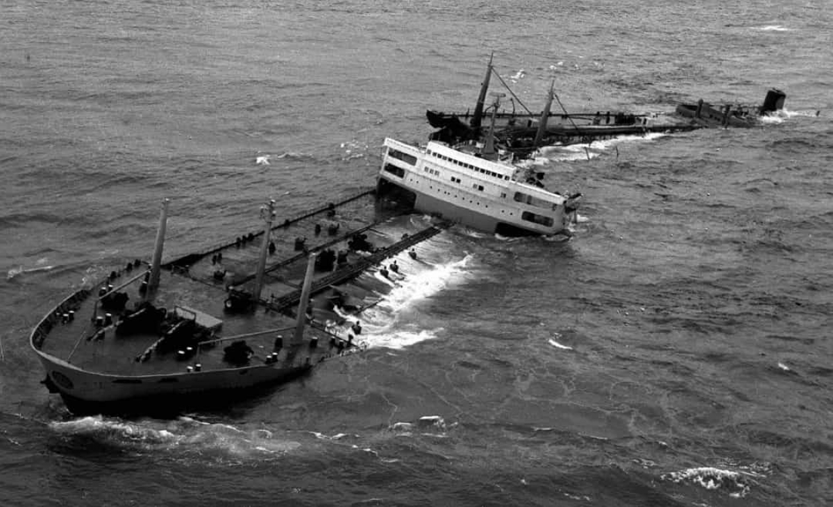 Sự cố tràn dầu Torrey Canyon năm 1967 năm 1967. Khi tàu siêu nổi SS Torrey Canyon mắc cạn trên một rạn san hô ngoài khơi bờ biển phía Tây Nam của Anh vào ngày 18/3/1967. Đây là thời điểm thế giới chứng kiến một trong những vụ tràn dầu nghiêm trọng đầu tiên trên biển.Khoảng 15.000 con chim biển cùng số lượng khổng lồ các sinh vật biển đã chết sau sự cố.