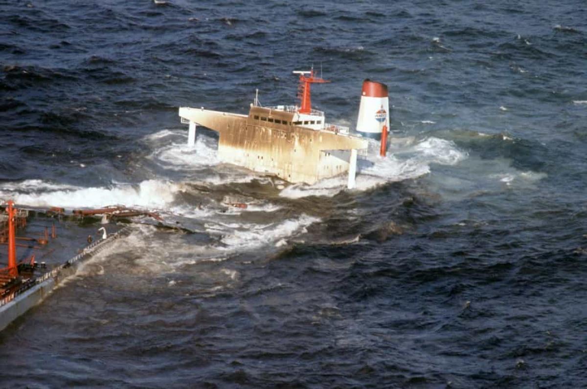 Vụ tràn dầu Amoco Cadiz năm 1978. Vào ngày 16/3/1978, siêu tàu chở dầu Amoco Cadiz mang cờ Liberia mắc cạn trên Portsall Rocks, cách bờ biển Brittany, Pháp 5 km.Thời tiết khắc nghiệt khiến con tàu bị vỡ hoàn toàn trước khi có thể bơm hết dầu ra khỏi xác tàu, dẫn đến toàn bộ số hàng hóa là dầu thô và 4.000 tấn dầu nhiên liệu bị tràn ra biển.Tác động của sự cố này tới môi trường là đáng kể và hệ sinh thái phải mất nhiều năm để phục hồi.