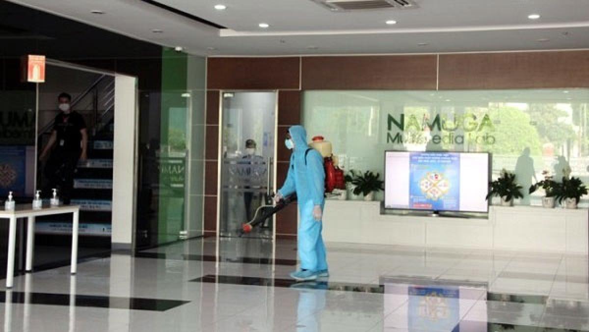 Trung tâm Kiểm soát bệnh tật tỉnh Phú Thọ phun khử khuẩn tại Công ty TNHH Namuga. Ảnh: CDC