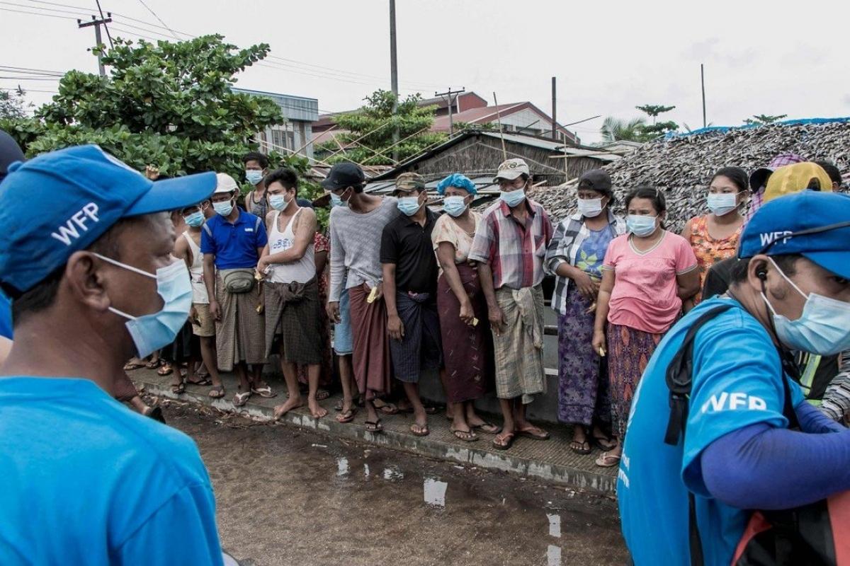 Người dân ngoại ô Yangon đang chờ nhận những túi gạo do Chương trình Lương thực Thế giới phân phát. Ảnh: AFP