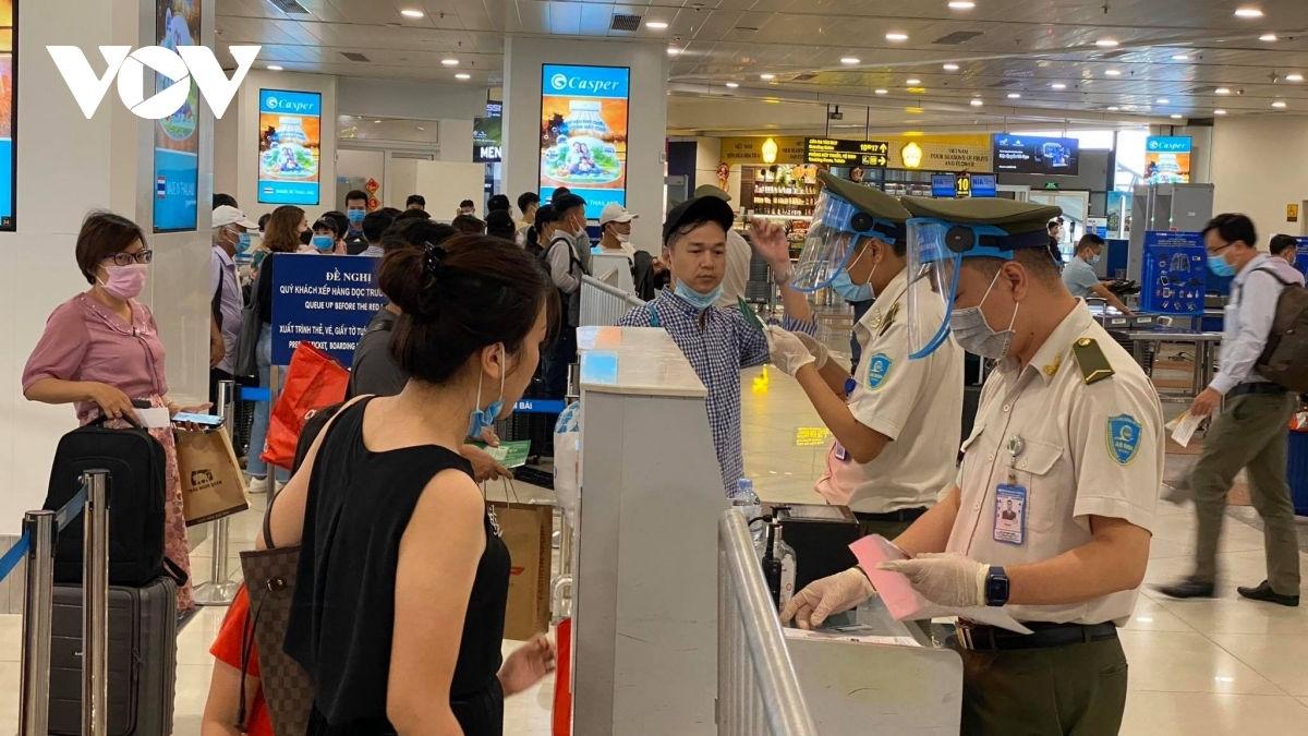 Khách làm thủ tục kiểm tra an ninh tại Cảng hành không quốc tế Nội Bài.