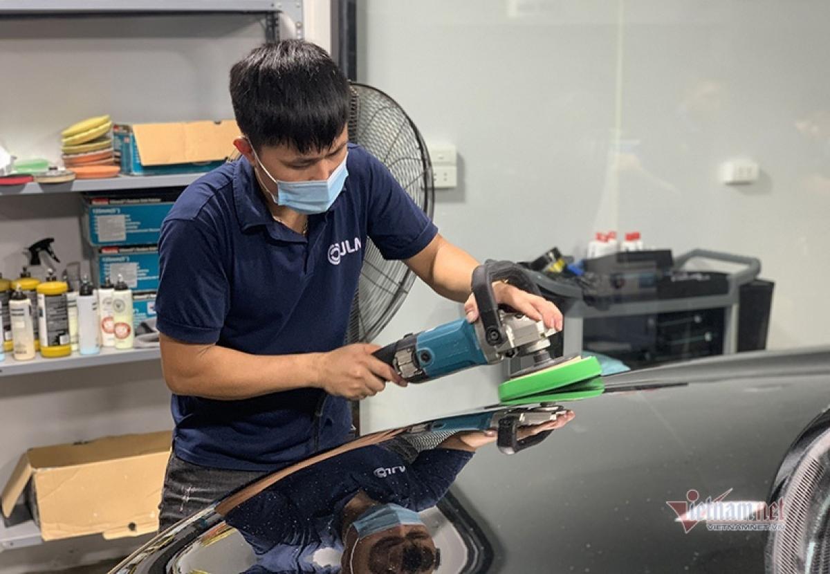 Đánh bóng xe không chỉ xóa những vết bẩn, xước dăm trên bề mặt sơn mà còn giúp dễ dàng lau sạch khi bị bụi bám. Ảnh: Hoàng Hiệp.