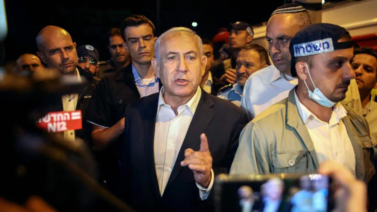 Thủ tướng Israel Benjamin Netanyahu thăm thành phố Lod sáng sớm 12/5. Ảnh: Getty