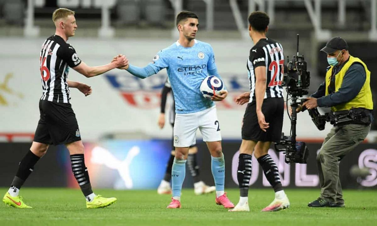 Ferran Torres lập hat-trick giúp Man City giành trọn 3 điểm trong trận đầu tiên ra sân với tư cách nhà vô địch Premier League 2020/2021.