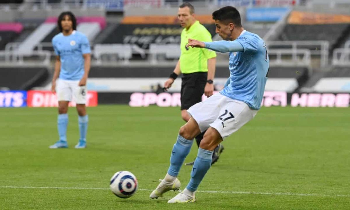 Cú sút của Joao Cancelo đưa bóng đập chân hậu vệ Newcastle đổi hướng đi thẳng vào lưới.