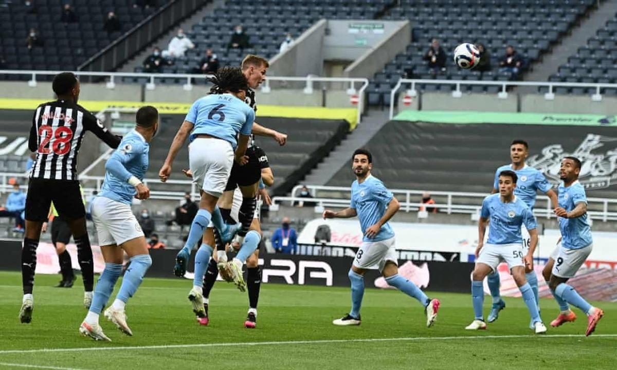 Emile Krafth bật cao đánh đầu tung lưới Man City trong tình huống phạt góc ở phút 25.