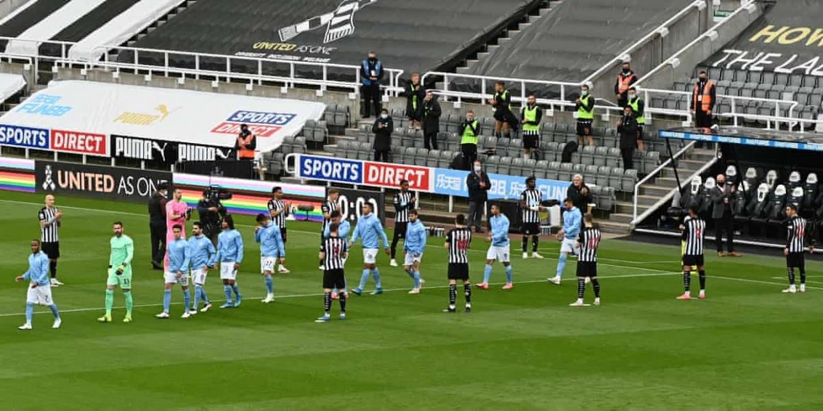 Các cầu thủ Newcastle xếp hàng chào đón tân vương Man City bước ra sân trước trận đấu vòng 36 Premier League.