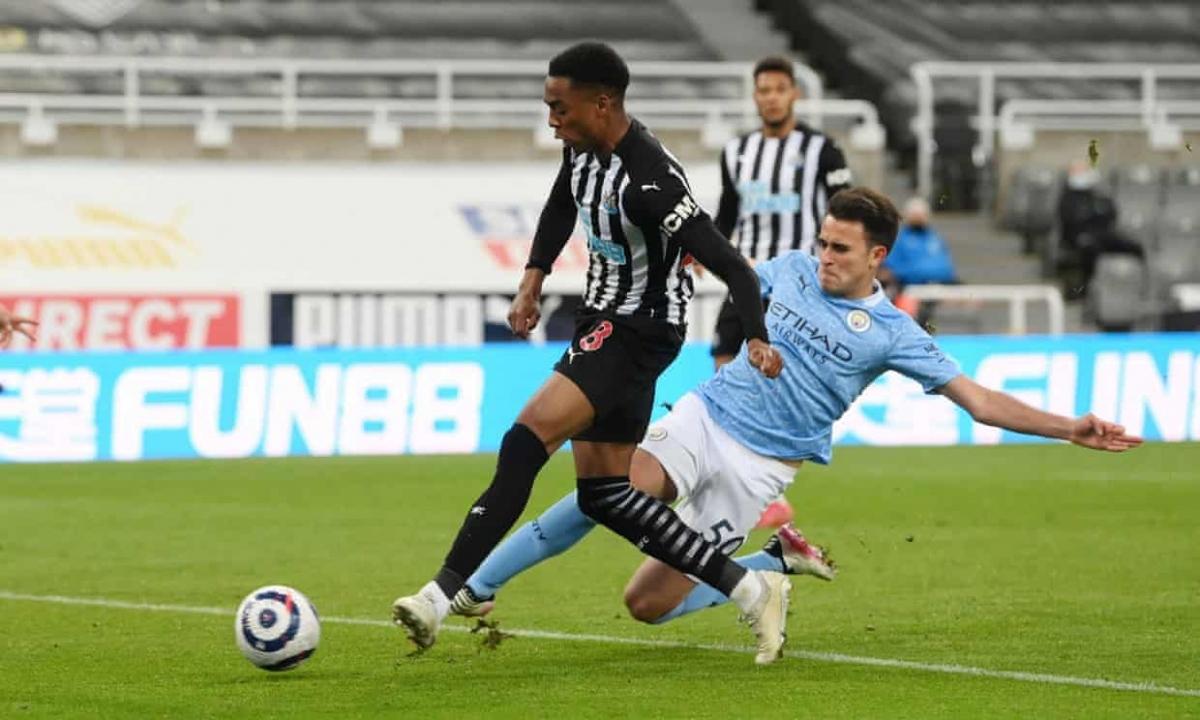 Sang hiệp 2, Newcastle lại được hưởng phạt đền khi Joseph Willock bị Kyle Walker phạm lỗi trong vòng cấm.