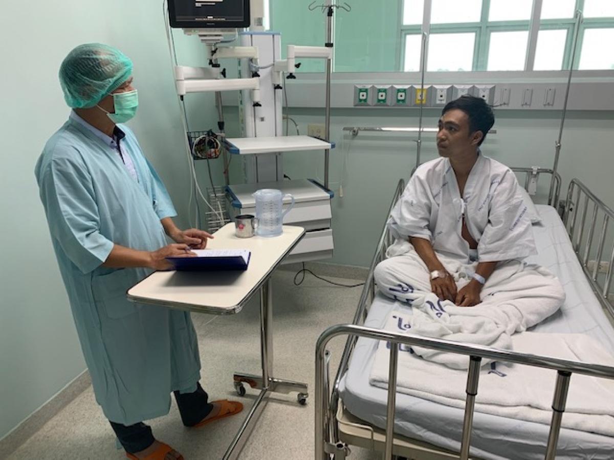 Đại diện ĐSQ Việt Nam tại Thái Lan thăm hỏi ngư dân gặp nạn.