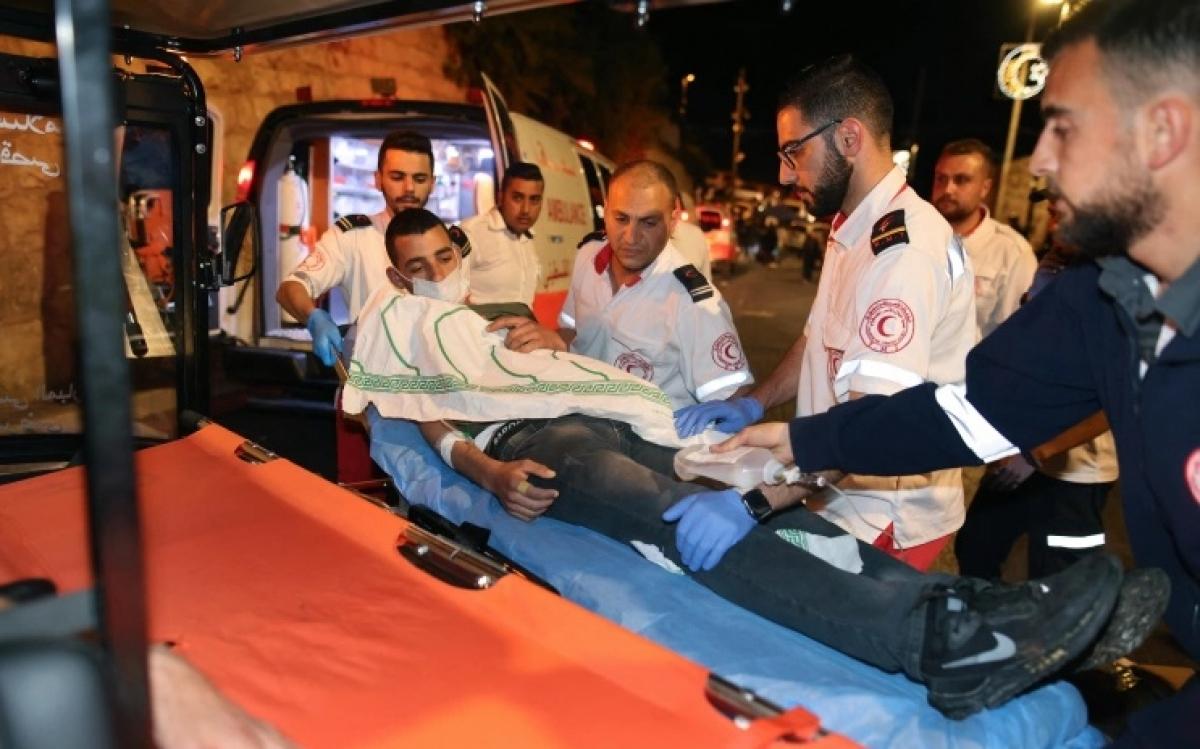 Người bị thương trong đụng độ ở Jerusalem. Ảnh: AFP.