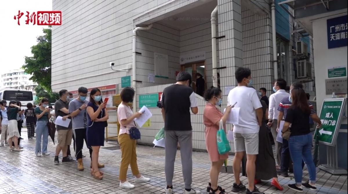 Người dân Quảng Châu xếp hàng tiêm vaccine. Nguồn Chinanews.