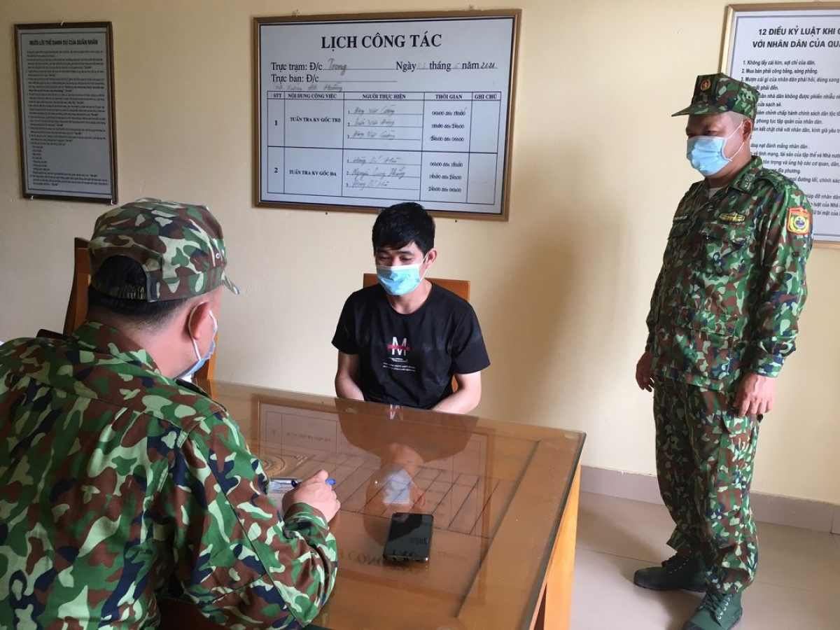 Hai người Trung Quốc nhập cảnh trái phép bị lực lượng tuần tra của Đồn Biên phòng Bắc Sơn, BĐBP Quảng Ninh phát hiện, bắt giữ.